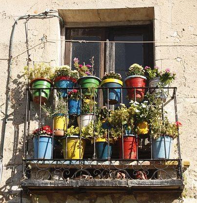 Balkon mit Blumentöpfen